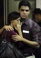 Oroliga anhöriga väntar på nyheter om vad som hänt med flygplanet. Foto: Ricardo Moraes/Scanpix.