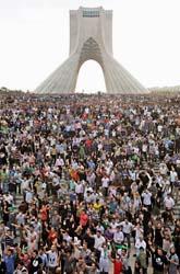 teherans gator var fyllda av människro som protesterade mot presidenten. Foto: Ben Curtis/AP/Scanpix
