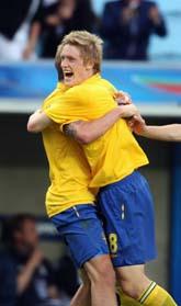 Rasmus Elm och Pontus Wernbloom kramas efter 1-0-målet. Foto: Andreas Hillergren/Scanpix