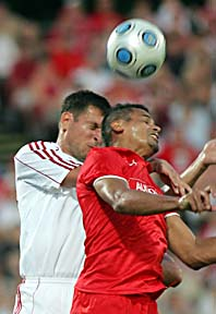 Hård kamp om bollen i Kalmars match mot Debrecen. Foto Norbert Meszaos/Scanpix.