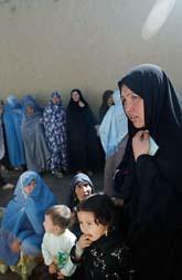 Kvinnor väntar på att  få rösta i valet i Afghanistan. Foto: David Guttenfelder/AP/Scanpix