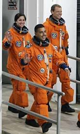 Fuglesang med två andra astronauter som väntar på att få komma iväg. Foto: John Raoux/AP/Scanpix