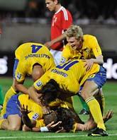 Glada svenskar firar första målet mot Ungern i VM-kvalet. Foto: Bela Szandelszky/AP Photo/Scanpix