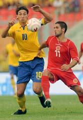 Zlatan i kamp med en maltesisk försvarare. Foto: Lino Azzopardi/AP/Scanpix