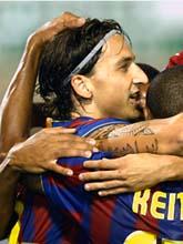 Zlatan jubar och gratuleras efter sitt mål. Foto: Juan Manuel Serrana/AP/Scanpix