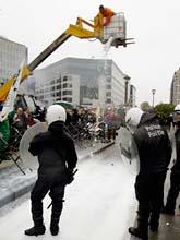 Bönder i Bryssel hälde ut mjölk på gatan för att protestera mot EU. Foto: Yves Logghe/AP/Scanpix