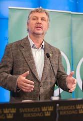Peter Eriksson berättar om Miljöpartiets förslag. Foto: Jonas Ekströmer/Scanpix