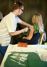 En kvinna får en spruta mot svininfluensa. Foto: Drago Prvulovic/Scanpix