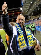 Lars Lagerbäck hyllades av fansen efter matchen. Foto: Scanpix