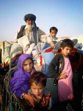 Människorna flyr från talibanernas område i Pakistan. Foto: Ishtiaq Mahsud/Scanpix
