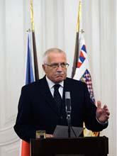 Tjeckiens president skrev till sist under lagarna. Foto: Petr David Josek/Scanpix