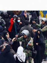 Poliserna försökte att stoppa protesterna med våld. Foto: AP/Scanpix