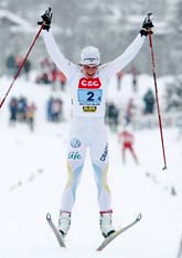 Charlotte Kalla jublar över segern i stafett. Foto: Cornelius Poppe/Scanpix