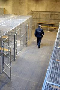 En dansk polis förbereder en byggnad där hundratals demonstranter kan låsas in. Foto: Tariq Mikkel Khan/AP/Scanpix