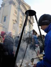 Hemlösa människor får ett mål mat i staden Warzawa i Polen. Kylan har dödat 40 människor i Polen. Många av dem var hemlösa. Foto: AP Photo/Scanpix