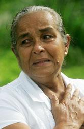 S.A. Dayawathi från Sri Lanka överlevde tsunamin. I helgen var hon med vid en minnes-stund i Sri Lanka, fem år efter tsunamin. Foto: AP Photo/Scanpix