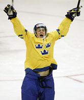 Småkronornas Daniel Brodin jublar. Han gjorde mål när Sverige vann mot Ryssland med 4–1. Foto: AP Photo/Scanpix