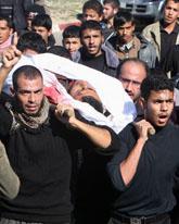 Människor i Gaza begraver mannen som dödades vid attacken. Foto: Adel Hana/Scanpix