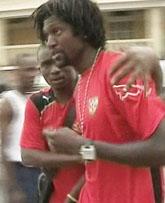 Togos lagkapten Emmanuel Adebayor får hjälp av en lagkamrat efter attacken. FOTO: AP PHOTO/TPA via APTN