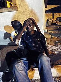 En man tröstar sin svåger som miste sin familj i jordbävningen. FOTO: Gerald Herbert/AP Photo