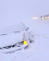 Många bilar åkte av vägen i snön och halkan. Foto: Johan Nilsson/Scanpix