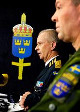 Överbefälhavaren Sverker Göransson och arméinspektör Berndt Grundevik berättar om överfallet. Foto: Janerik Henriksson/Scanpix