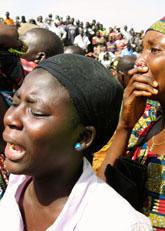 Kvinnorna i Nigeria sörjer dem som mördats. Foto: Jon Gambrell/Scanpix