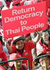 Massor av människor protesterar på gatorna i Bangkok. Foto: Sakchai Lalit/Scanpix