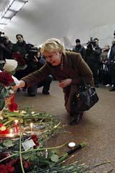Moskvaborna sörjer dem som dödades i bombattacken mot tunnelbanan. Foto: Dmitry Lovetsky/Scanpix