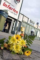 Någon har lagt blommor på platsen där den 78-åriga kvinnan blev nerslagen. Foto: Stig-Åke Jönsson/Scanpix