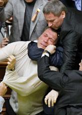 Politikerna bråkar i Ukrainas parlament. Foto: Efrem Lukatsky/Scanpix