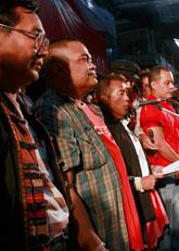 Rödskjortorna är överens med regeringen om att det ska hållas ett nytt val i Thailand. Foto: Apichart Weerawong/Scanpix