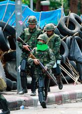 Militärer angriper de demonstrerande rödskjortorna. Foto: Apichart Weerawong/Scanpix