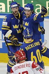 Niklas Persson, Jonas Andersson och Mikael Backlund firar ett av Sveriges mål mot Danmark. FOTO: Daniel Maurer/AP/Scanpix