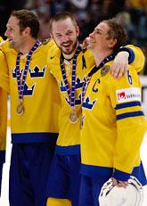 Svenska spelare med bronsmedaljer om halsen. Foto: Roberto Pfeil/Scanpix