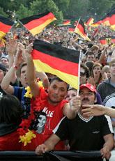 Folk i den tyska staden Köln tittar på VM-fotboll.  Foto: Hermann J. Knippertz/Scanpix