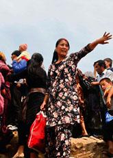 Massor med människor flyr från Kirgizien till Uzbekistan. Foto: Faruk Akkan/Scanpix