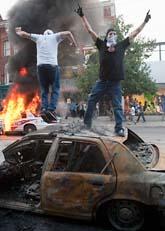 Demonstranter bråkade med poliser och förstörde bilar och affärer. Foto: Scanpix