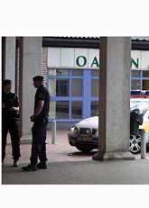 Poliser utanför klubben där bröderna mördades. Foto: Roger Vikström/Scanpix
