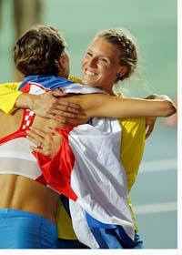 Emma Green får en kram av segraren, Blanka Vlasic. Foto: Victor Caviano/Scanpix