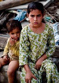 Två barn i Pakistan som är en av dem som förlorat sitt hem i översvämningarna. Foto: AP/B.K. Bangash/Scanpix