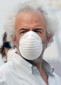 Människorna i Moskva skyddar sig mot den giftiga brandröken med munskydd. Foto: Ivan Sekretarev/Scanpix