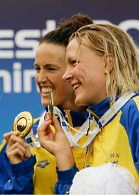 Sveriges guldtjejer i EM Sarah Sjöström och Therese Alshammar. Foto: Domenico Stinellis/Scanpix