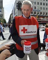 Utrikesminister Carl Bildt samlade in pengar till Röda Korset. Foto: Anders Wiklund/Scanpix