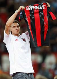 Zlatan Ibrahimovic visar vilken tröja han snart ska spela i. Foto: Antonio Calanni/AP/Scanpix