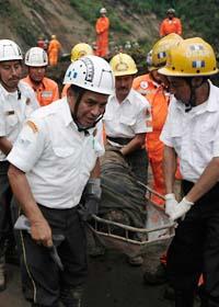 Omkring hundra människor kan ha dött i jordskred utanför Guatemala City. Foto: Moises Castillo/Scanpix