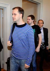 Två av de åtalade är på väg in i rättsalen. Foto: Anders Wiklund/Scanpix