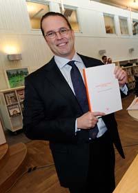 Anders Borg med regeringens förslag. Foto: Fredrik Sandberg/Scanpix