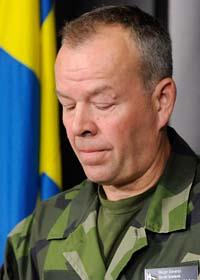 Berndt Grundevik berättar att en svensk soldat har dödats i Afghanistan. Foto: Anders Wiklund/Scanpix