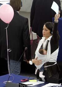 EU-parlamentets politiker röstade ja till 20 veckors betald mammaledighet. Foto: Christian Lutz/Scanpix